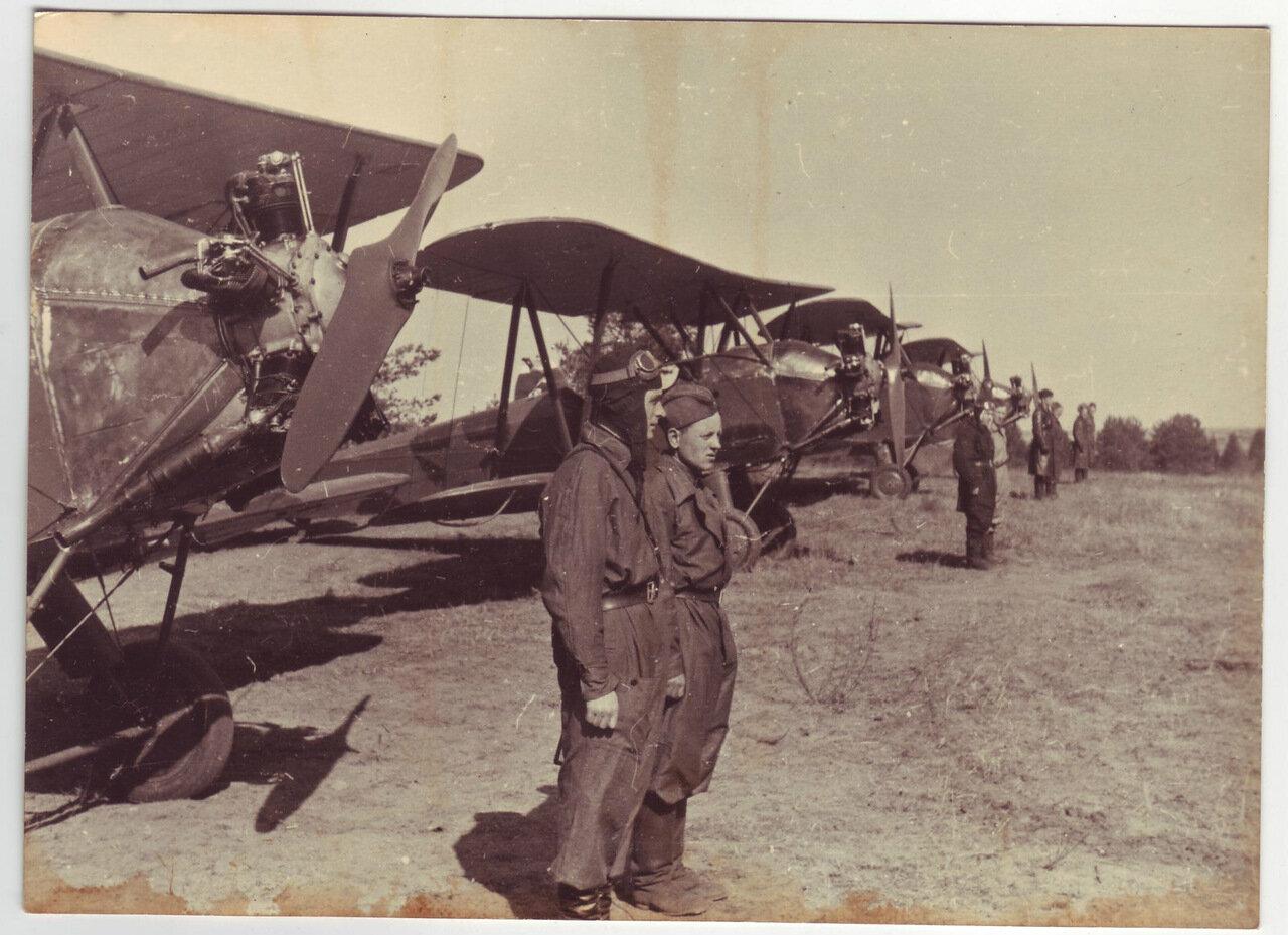 Экипаж возле своего самолета