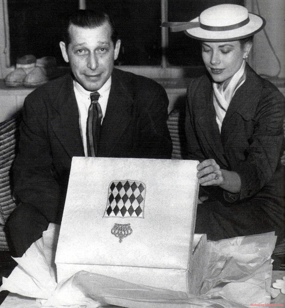 1956. Грейс Келли изучает часть ее приданого