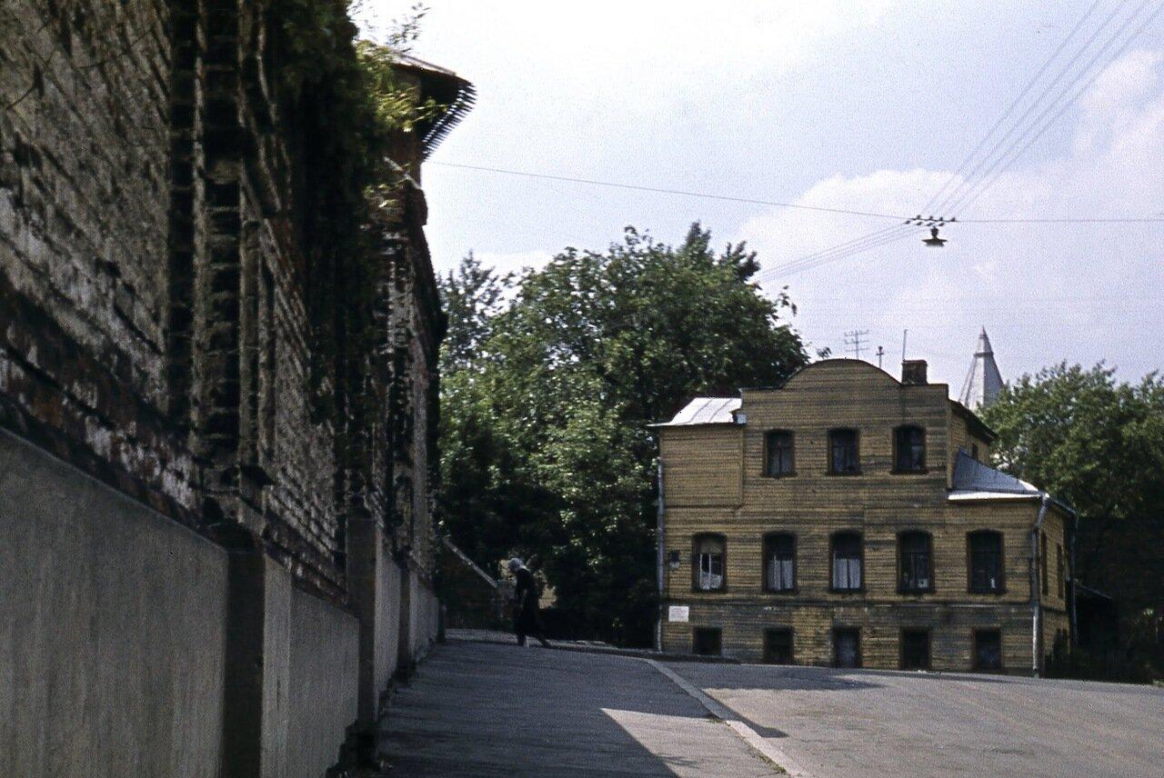 Стена Зачатьевского монастыря