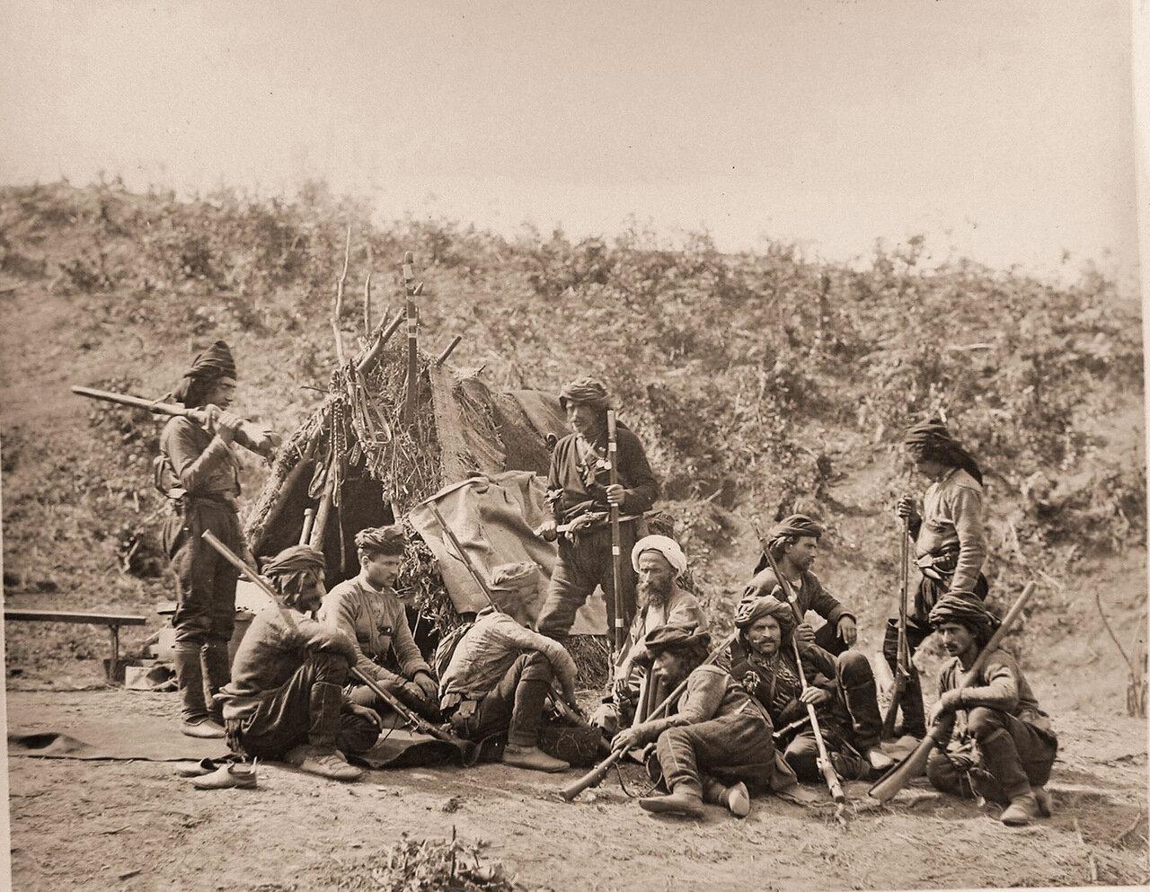 Группа сдавшихся кобулетцов в походном лагере