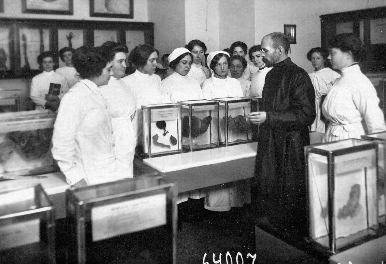 Слушательницы с преподавателем на занятиях в анатомическом музее женского медицинского института