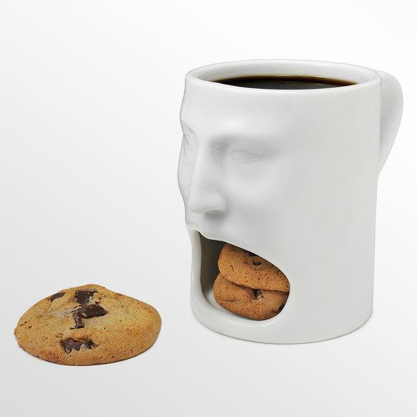 Чашка с лицом и разинутым ртом - идеальный вариант для кофе с печеньем, которое вечно некуда положить