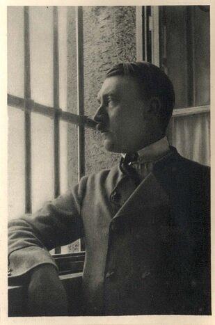 Гитлер глядит через окно его камеры, Ландсберг Германия, 1924