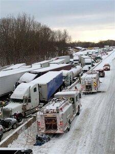В США разбились десятки автомобилей из-за метели
