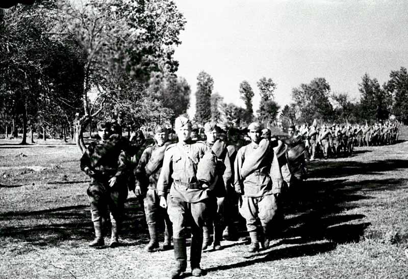 Герои форсирования Днепра - бойцы подразделения майора А.Прокопенко на марше. 1943