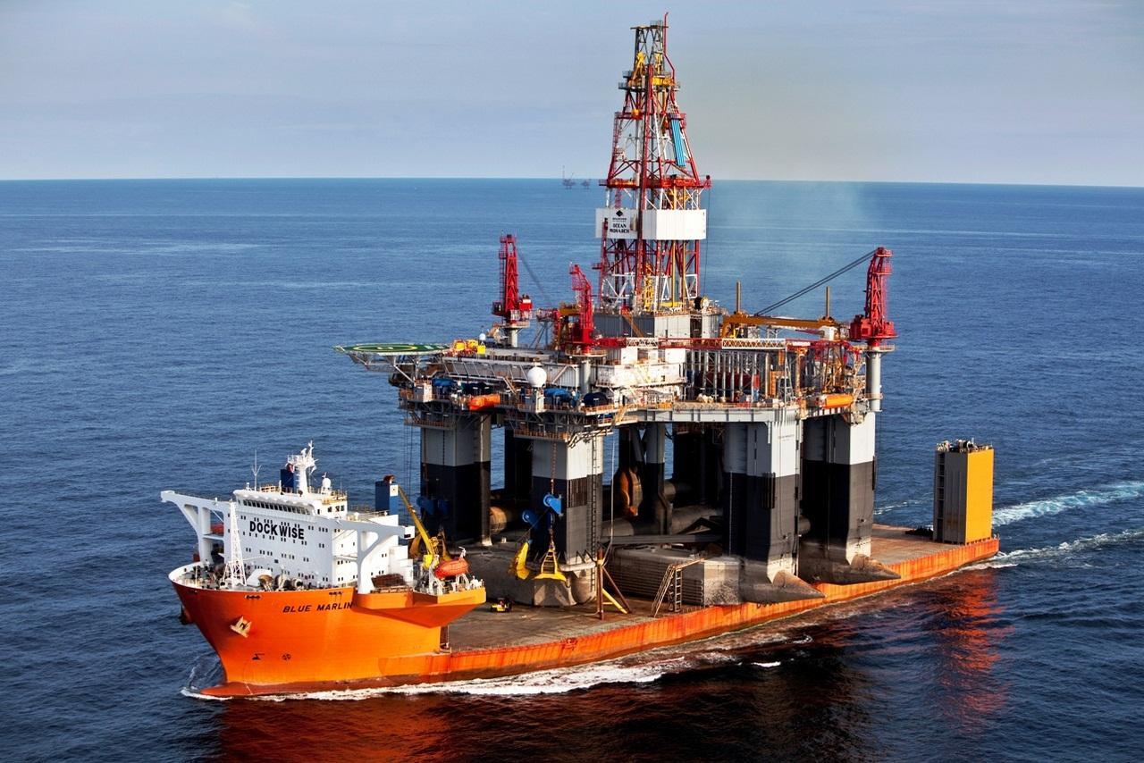 Dockwise ship Blue Marlin carrries the oil rig Ocean Monarch
