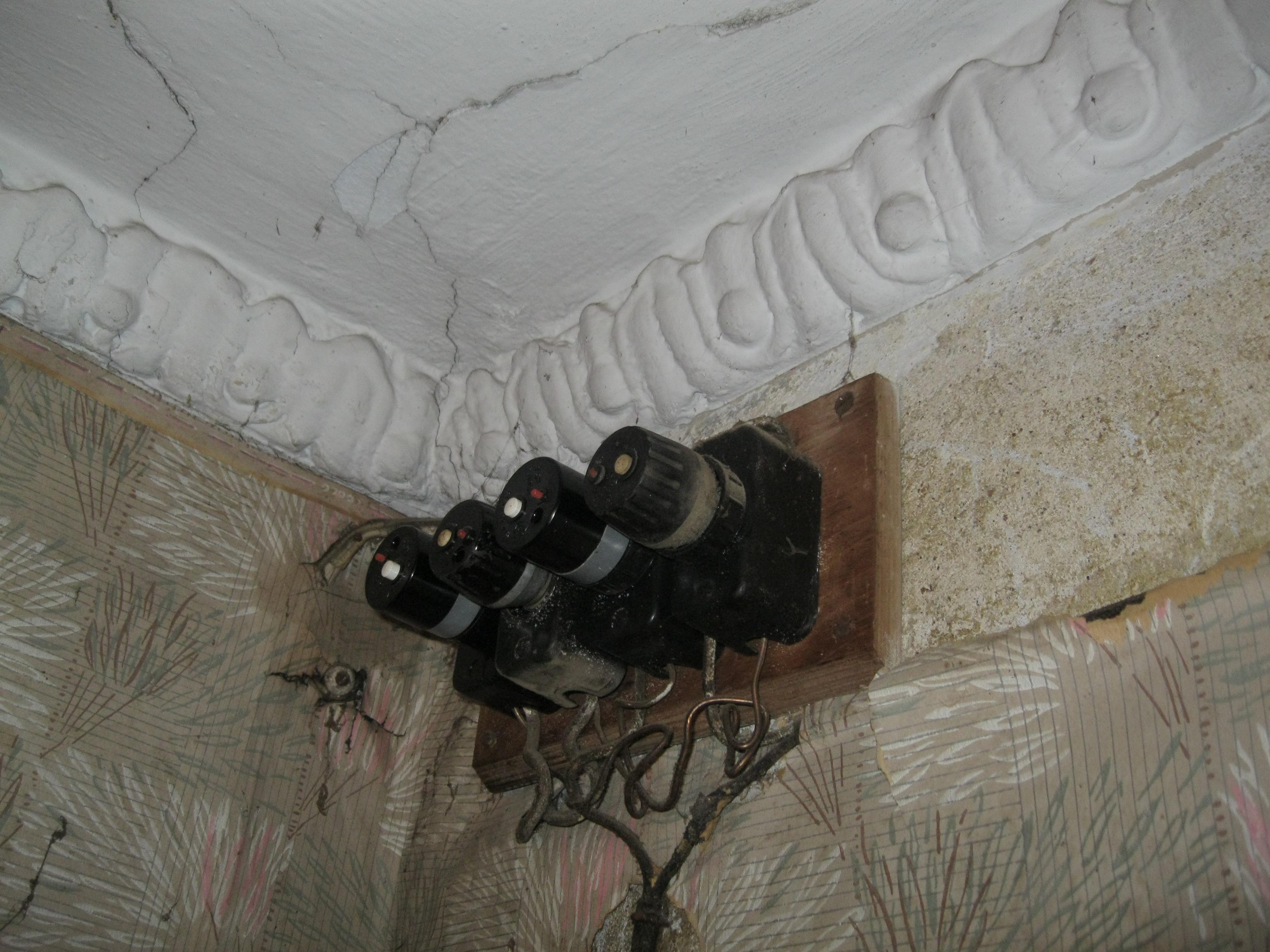 Сталинская лепнина в интерьере коммунальной квартиры в 2-этажном жилом доме на Балтийской улице (Кировский район Ленинграда / Санкт-Петербурга), октябрь 2013 года.