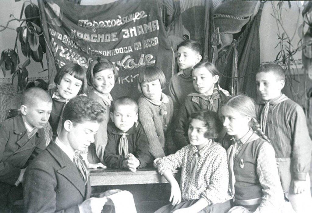 Ученики школы № 3 г. Орджоникидзе зачитывают письмо из действующей армии. 1942 г.  Северо-Осетинская АССР.