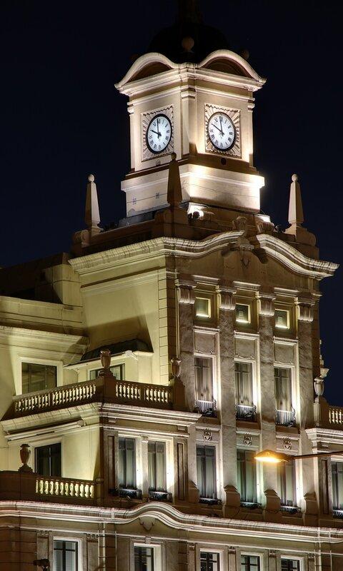 Ночной Мадрид. Площадь Колумба (Plaza de Colón). Здание банка Crédit Agricole