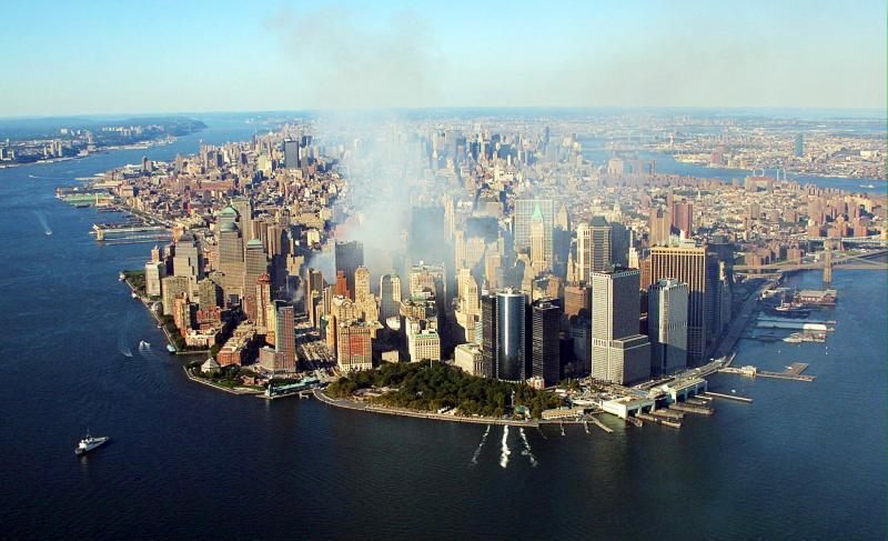 12. Дым продолжает подниматься от развалин разрушенных зданий Всемирного торгового центра 15 сентябр