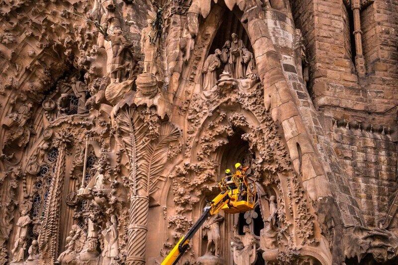 Рабочие трудятся у фасада Храма Святого Семейства в Барселоне. (Фото: GETTY IMAGES/David Ramos).