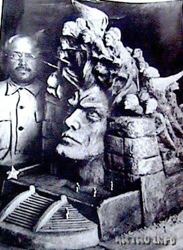 Автор у макета памятника Социальной (Октябрьской) революции.jpg