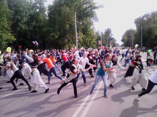 День города на пр. Ленина в Рубцовске: танцуют все!