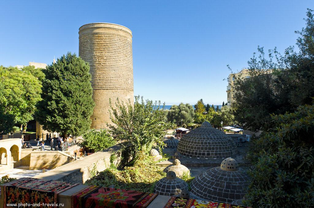 Фото 1. Девичья башня - самая известная туристическая достопримечательность Баку. Отчет об экскурсии по столице Азербайджана. Снято на любительскую зеркалку Nikon D5100 с объективом Nikon 17-55mm f/2.8G.