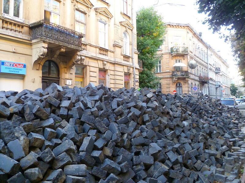 Камни для мостовой во Львове, Украина (Paving stones in Lviv, Ukraine).