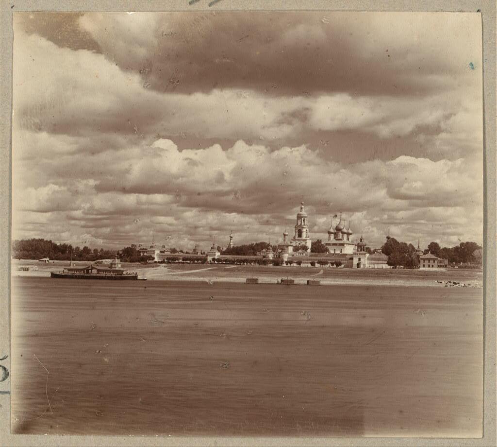 Общий вид Толгского монастыря с правой стороны Волги. 1910.