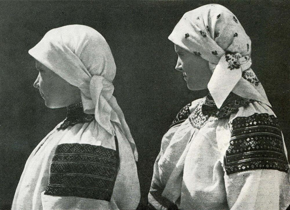 Женщины в летней одежде. Село Михальче Черпелыцкого р-на Станиславской обл