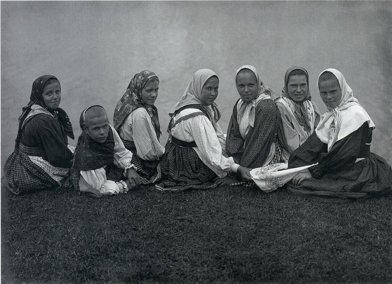 Девчата. 1914-1916 гг. Фото С.А. Лобовикова