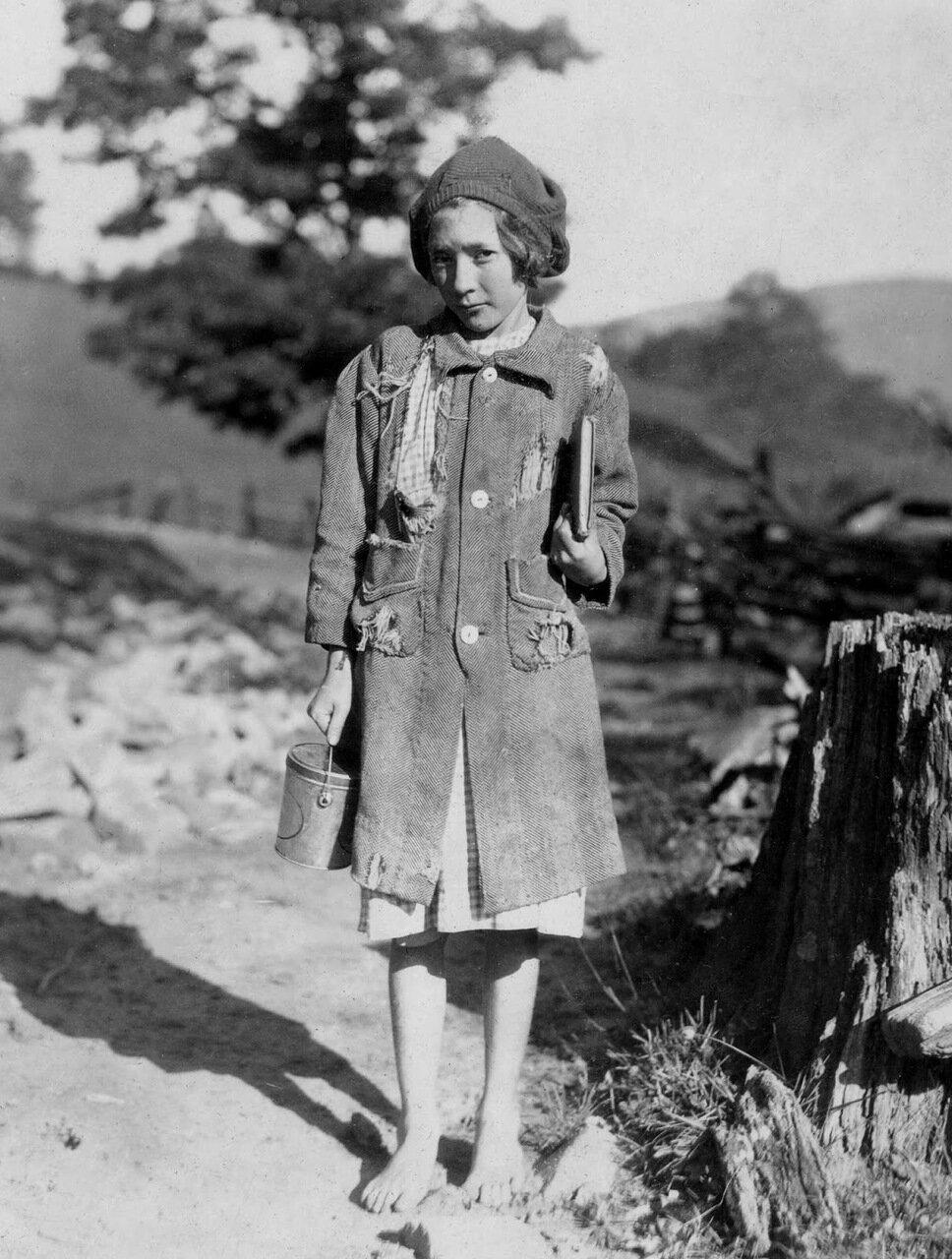 Один из бедных девочек округа по дороге в школу. Она из семейства Олдричей, Марлинтон, Западная Вирджиния, 1921