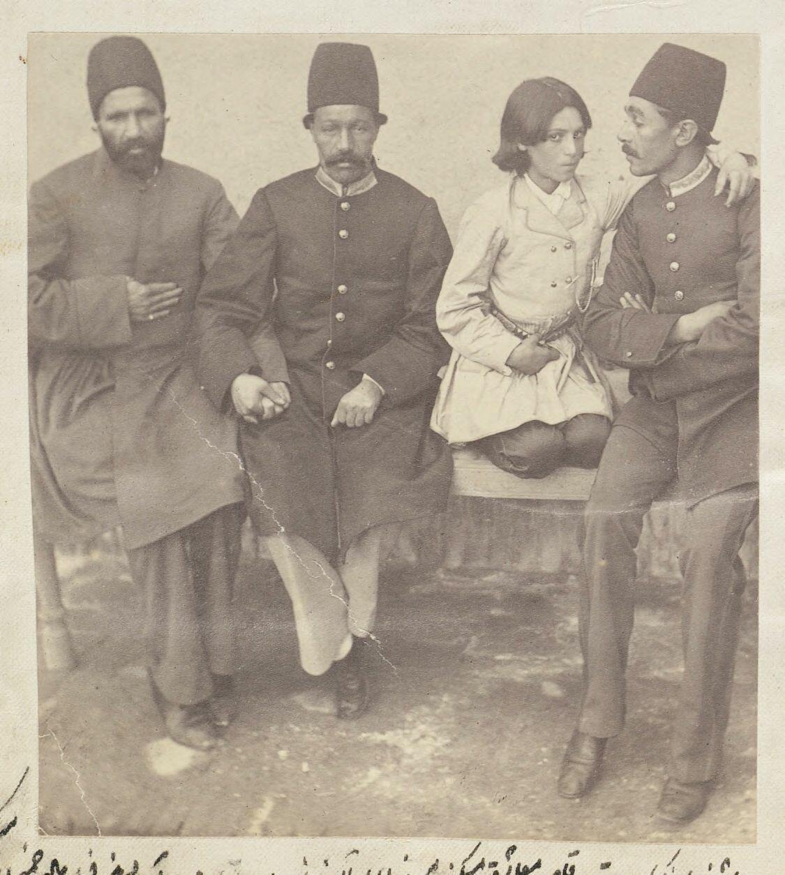 Полковник Наки Хан флиртует с танцовщицей Теймурой, Мирза Асад Аллах и Абу аль-Касим Хан смотрят с завистью
