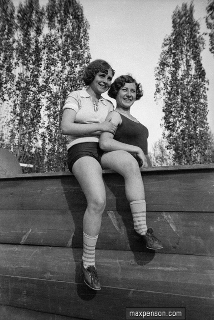 Две молодые физкультурницы