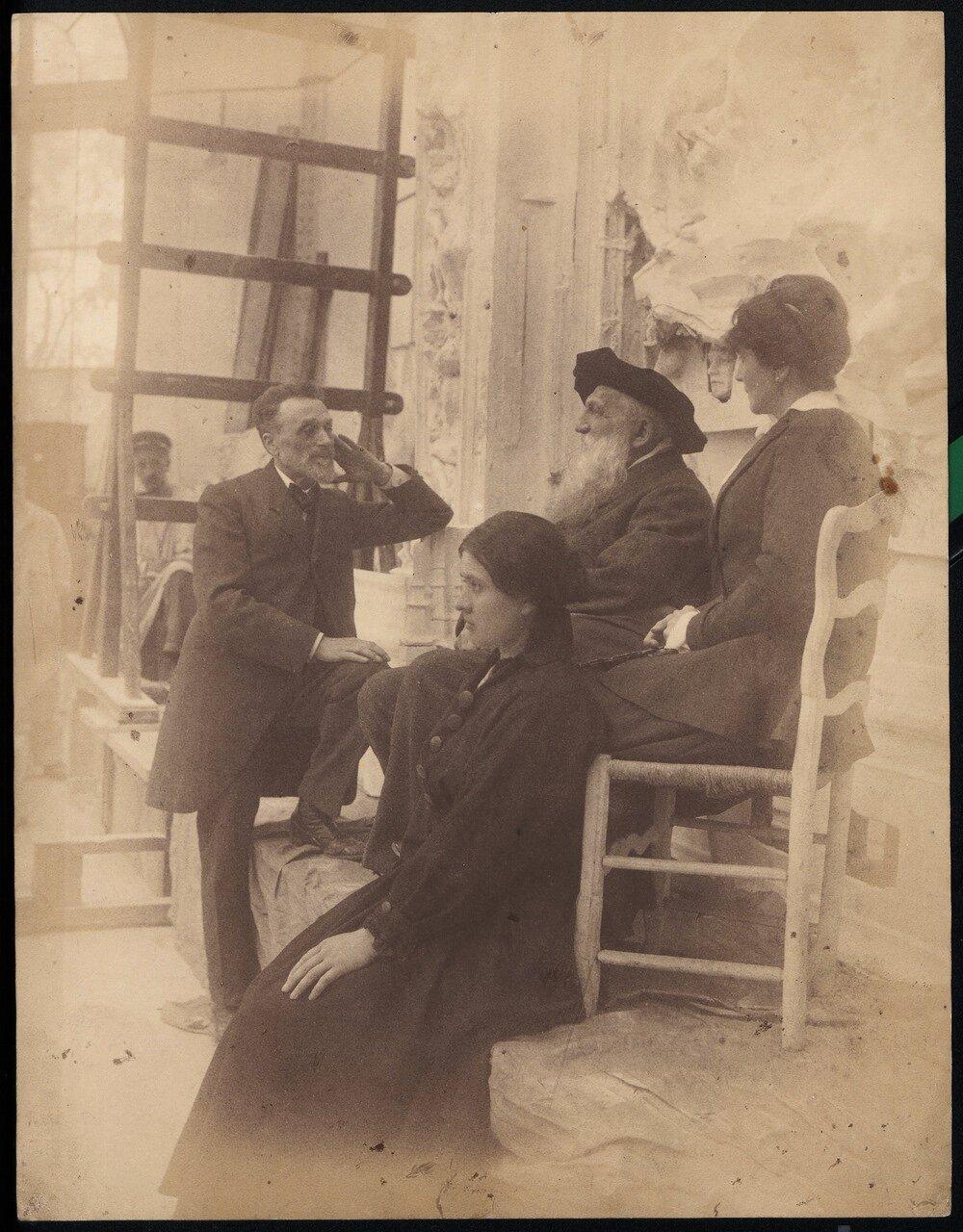 Огюст Роден, Леон Бенедит и Генриетта Кольтат возле «Врат ада»