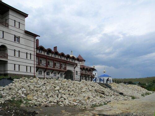 Укрепление берега Волги около монастыря