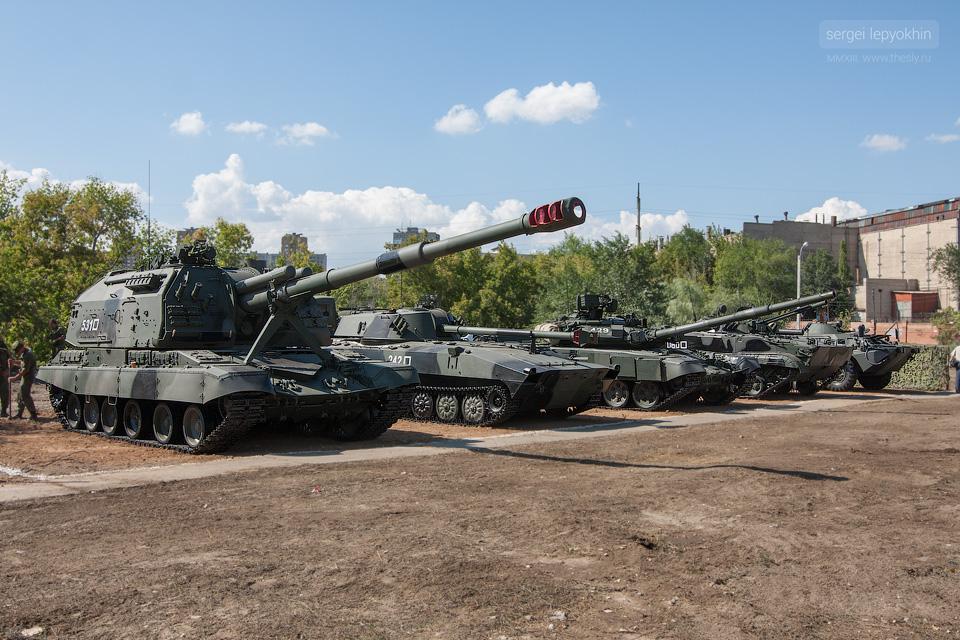 Перед шоу-площадкой поставили несколько единиц тяжелой военной техники.