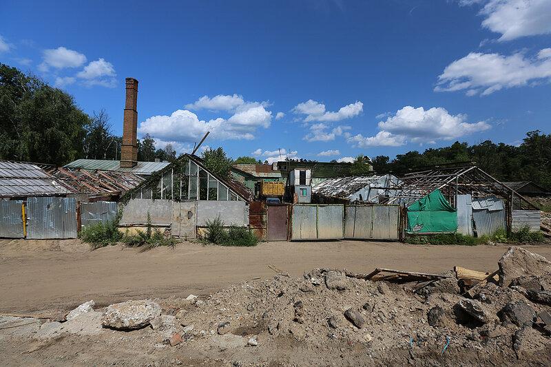 Разрушенные теплицы сталинской дачи Липки