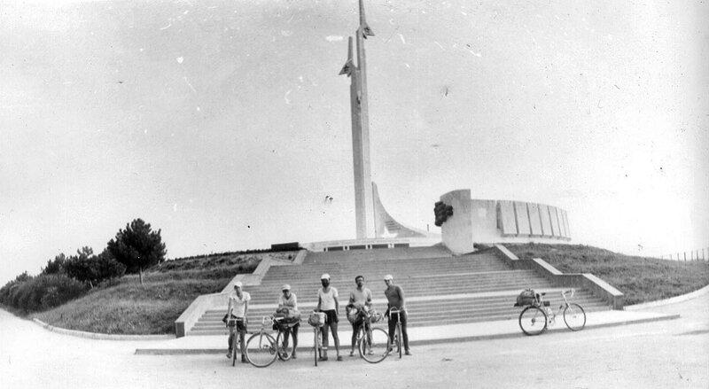 21. Памятник летчикам-черноморцам, оборонявшим Севастополь