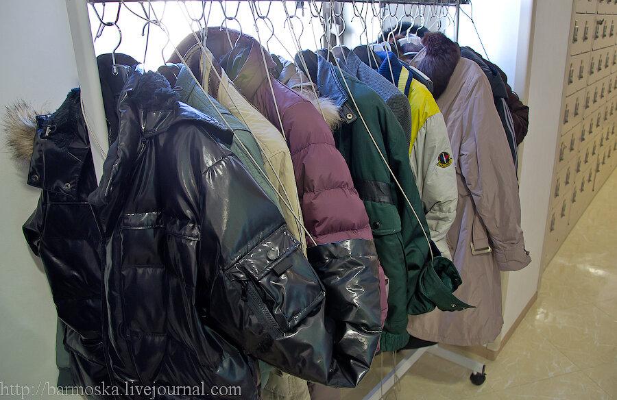 Япония Японией, а курточки в спортзале вот на такие гибкие замки пристегивают