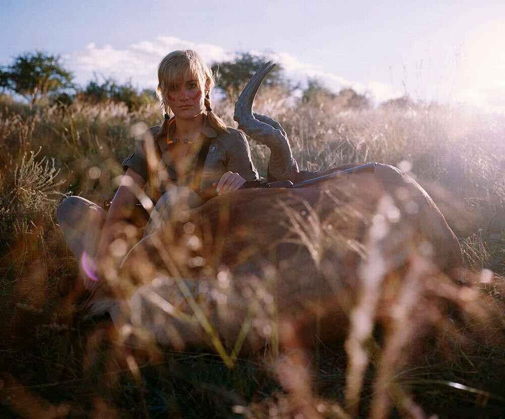 Охотница с лицом, слегка испачканным кровью, с застреленным самцом антилопы, Намибия