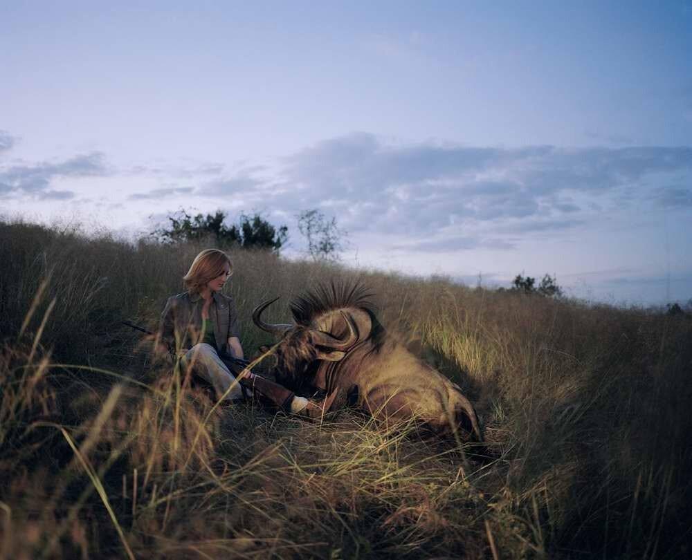 Охотница с убитой антилопой гну, Намибия