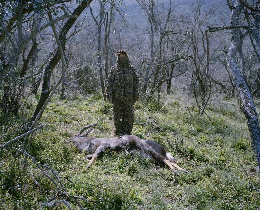 Охотница с антилопой ньялой, застреленной из лука, Восточно-Капская провинция, Южная Африка