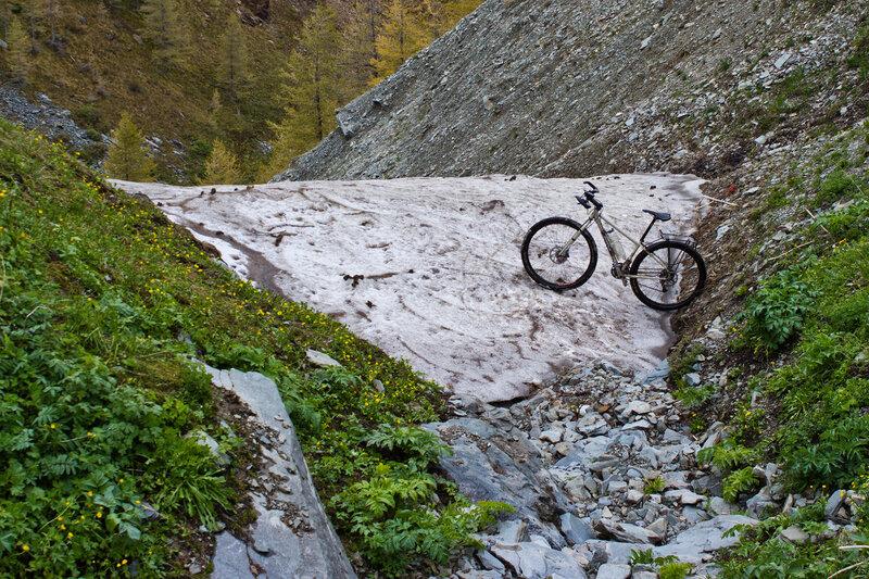 ущелье Верхней Теректы, прошлогодний снег