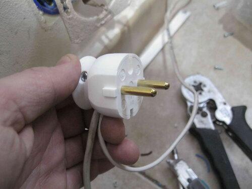 Фото 25. Провода присоединены, новая вилка собрана.
