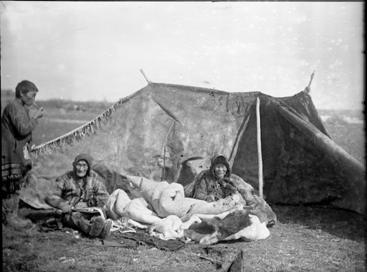 Женщины тундровых юкагиров шьют чумы