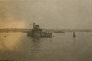 Военный корабль в порту Ялты.