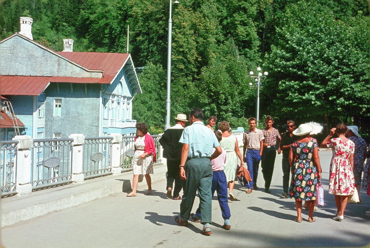 Абхазия. Возле гостиницы Риц