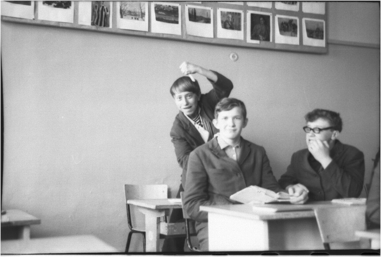 1969-70 класс 8 В.  Боря Богомолов.Саша Кашаев. Юра Зайцев