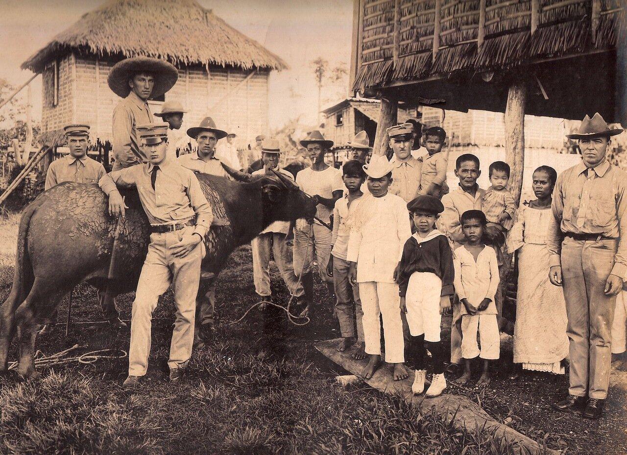 Групповой снимок с местными жителями и карабао