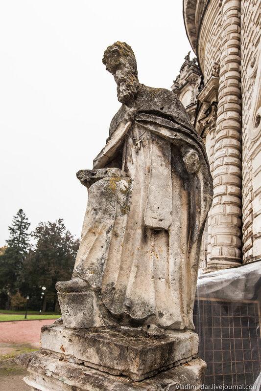 Белокаменное изваяние фигуры Григория Богослова у западного входа в Знаменскую церковь в Дубровицах