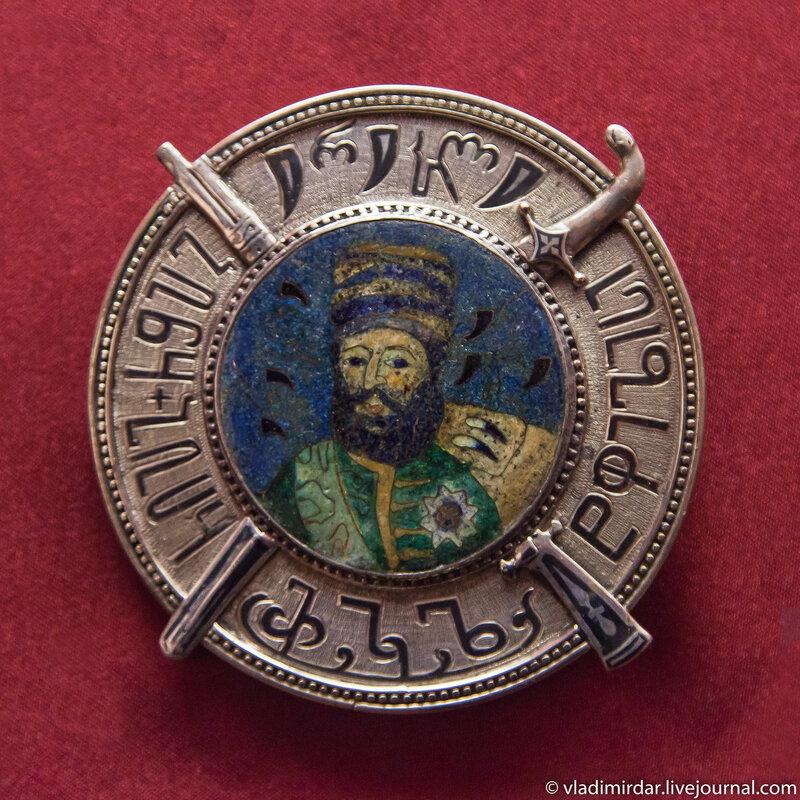 Плакетка «Щит царя Ираклия II». Манаба Магомедова. 1983. Серебро, золото; гравировка, чернь, перегородчатая эмаль. Частное собрание.