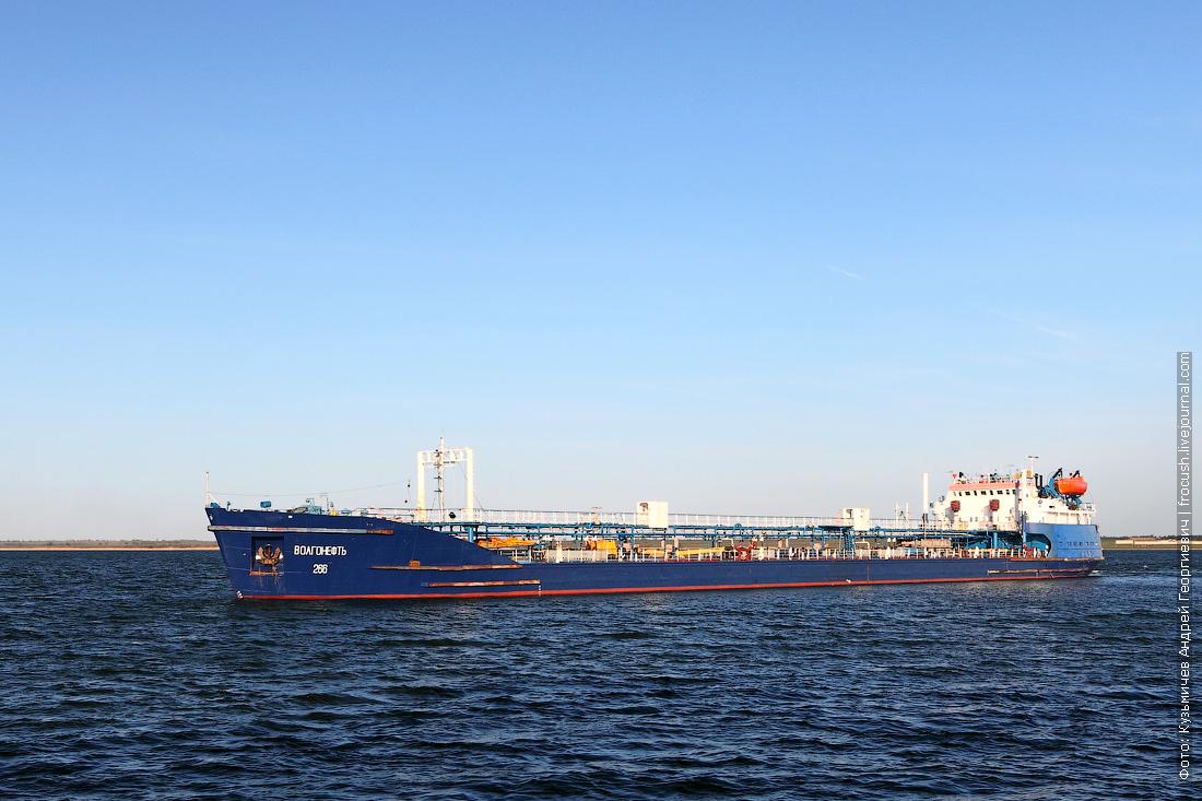 Волго-Донской судоходный канал. Варваровское водохранилище. Нефтеналивной танкер «Волгонефть-266» (1979 года постройки)