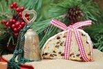 Christstollen mit Geschenkband