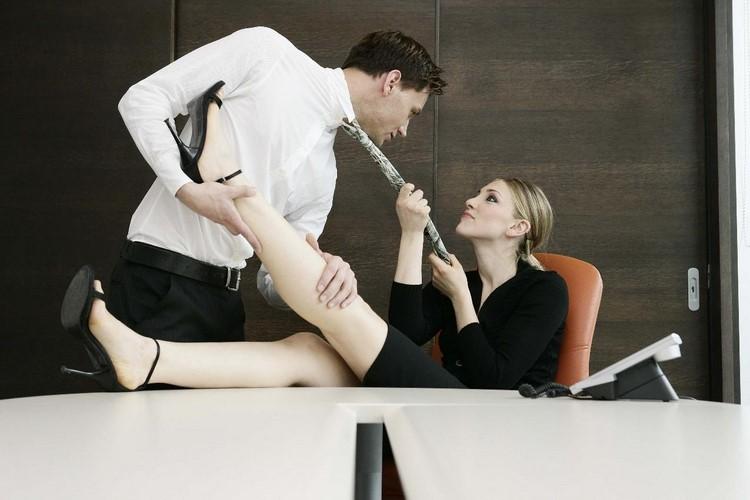 11 фактов о сексе на работе.