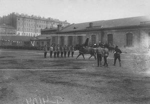 Джигитовка солдат на плацу во время конных состязаний.