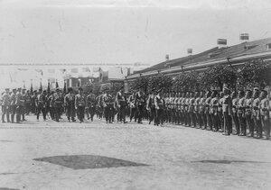 Император Николай II  проходит мимо выстроившегося Конно-гренадерского полка перед торжественным открытием памятника шефу полка , великому князю Михаилу Николаевичу .