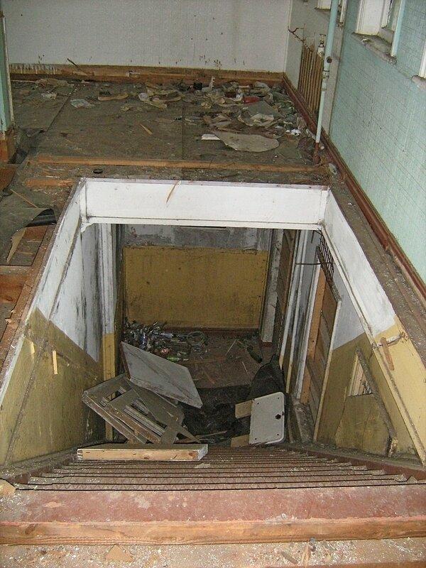Лестница в трюм внутри заброшенного дебаркадера