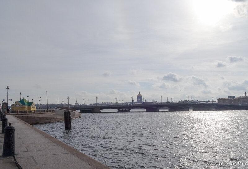 А с берега открывается замечательный вид на утренний город. В центре доминирует Исаакиевский собор.